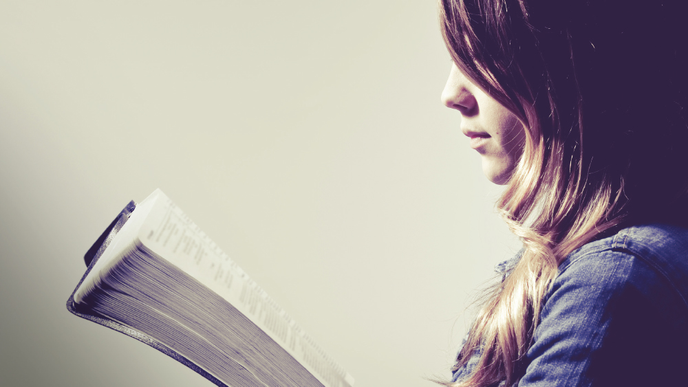 Maedchen liest Bibel